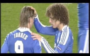 David Luiz reza por Fernando Torres minutos antes de empezar la Champions