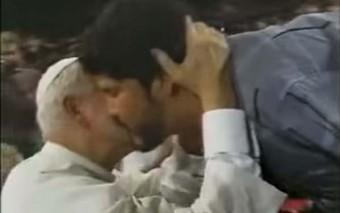 El Papa saltó el estrado y lo abrazó