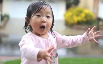 ¿Qué nos puede enseñar sobre la fe una chinita en pijamas que disfruta de la lluvia por primera vez?