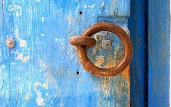Sobre las puertas y aldabas de nuestro interior