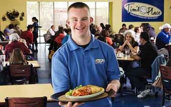 """Jóven con síndrome de Down abre restaurante para servir """"abrazos a la carta"""""""