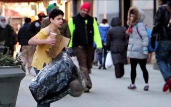 Un niño se estaba congelando, muchas personas pasaron, pero te sorprenderá quién lo ayudó