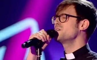 Un sacerdote que conquista La Voz al estilo de Sor Cristina