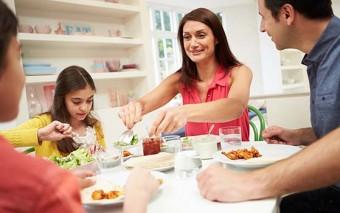 """¿Te cuesta """"desconectar"""" a tu familia a la hora de cenar? Conoce la solución perfecta"""