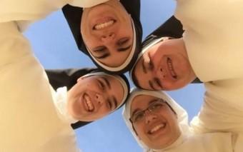 Unas monjitas de claustro que evangelizan a través del Whatsapp (Iniciativas geniales)