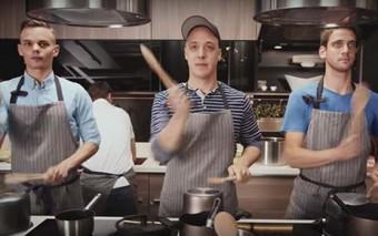 ¿Por qué llevo videos musicales de cocina a mis clases de religión?