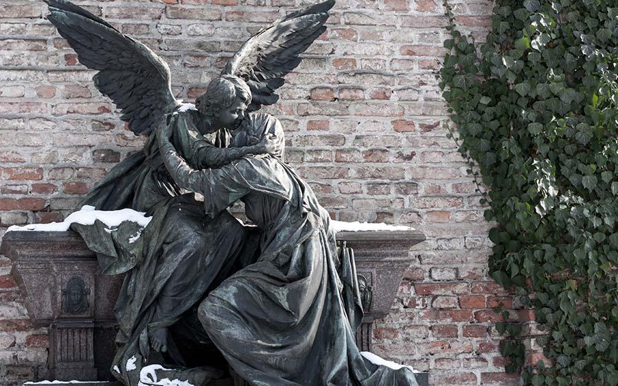 Trauer und Trost - Figuren auf Friedhof - Variante 4