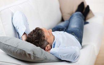 ¿Qué puede enseñar la advocación: «Santa María, ama de casa» a los maridos perezosos?