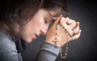 Este video me aclaró la diferencia entre repetir oraciones y rezar en vano
