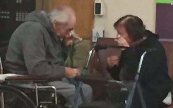 (Viral) La desgarradora foto de una pareja de ancianos que debe separarse tras 62 años juntos