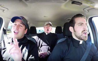 (Viral) El «carpool karaoke» de dos sacerdotes y un obispo que conmociona las redes