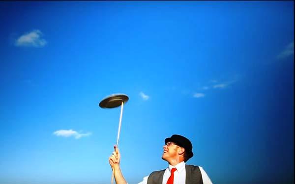 , Él vino a pagar nuestros platos rotos… Un video simbólico imprescindible