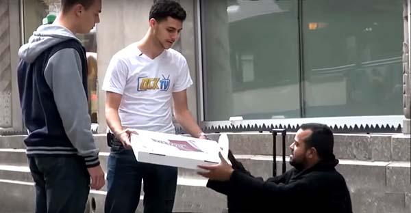 pizza, Le dieron un pedazo de pizza y él les devolvió una lección de humanidad