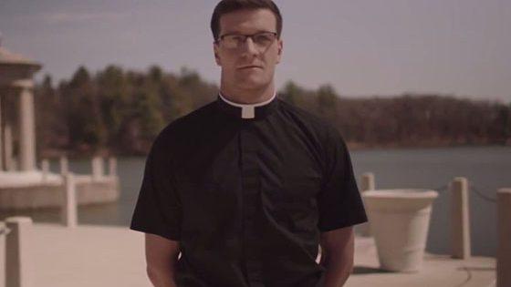 sacerdote guapo