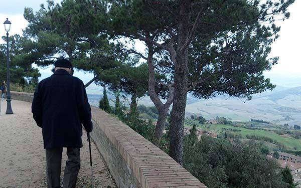Abuelo, Un conmovedor poema de un abuelo a sus enfermeros antes de morir