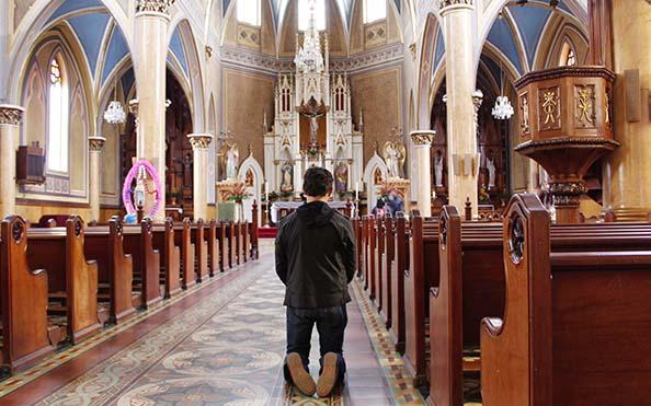 Video) ¿Por qué los católicos nos arrodillamos frente a Dios?