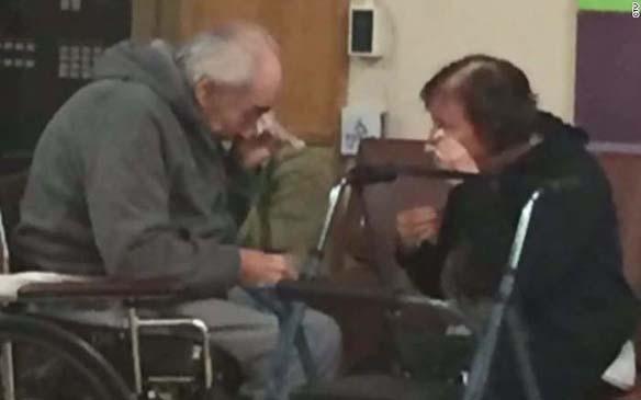 Ancianos, (Viral) La desgarradora foto de una pareja de ancianos que debe separarse tras 62 años juntos