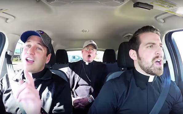 carpool karaoke, (Viral) El «carpool karaoke» de dos sacerdotes y un obispo que conmociona las redes