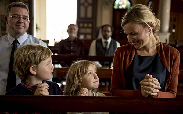 Hijos, 6 mensajes equivocados que le das a tus hijos cada vez que faltas a misa un domingo