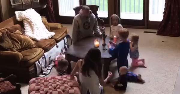 Rosario, (Video viral) El más tierno y divertido rosario en familia