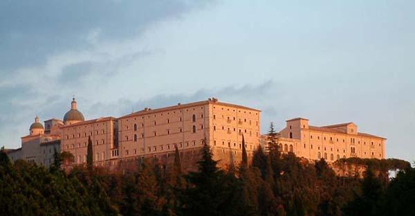 Monasterios, Los orígenes de la vida monástica y los 5 monasterios más impresionantes del mundo
