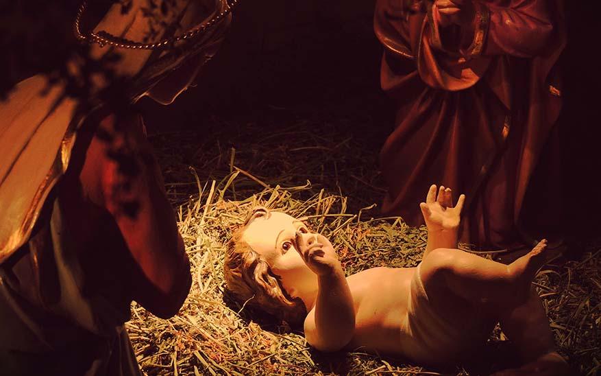 Jesús, 4 oraciones que puedes rezar en familia a los pies del pesebre en Nochebuena