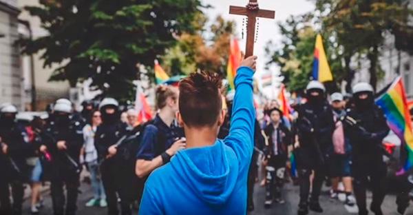 relativismo, ¿Quién es Jakub Baryla y por qué se detuvo con un Cristo en medio de una marcha LGBT?