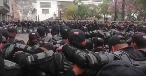 policías, (Viral) Policías ecuatorianos rezan Padre Nuestro en medio de protestas