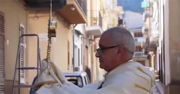 santísimo, Sacerdote sale con el Santísimo a las calles de Italia y nos recuerda a todos que no estamos solos