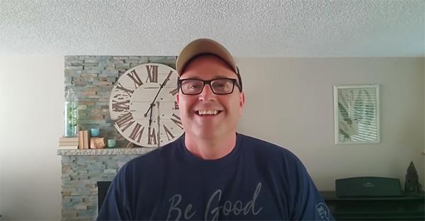 papá, Hombre decide abrir un canal en YouTube para darle a otros chicos los consejos que su papá no pudo darle