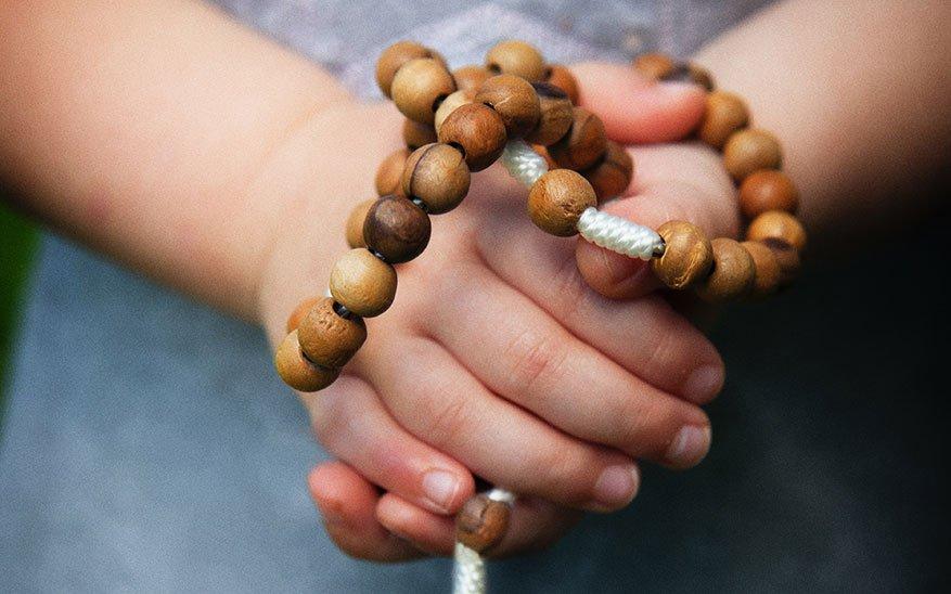 oración en familia, Oren en familia, recen el Rosario y no se cansen de elevar la mirada a Dios, ¡la vida les cambiará!