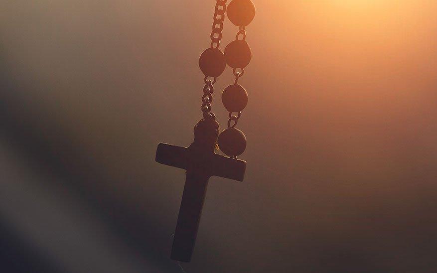 En tu luz vemos la luz, ¿Quieres rezar el rosario de una manera diferente? Te recomendamos este hermoso libro